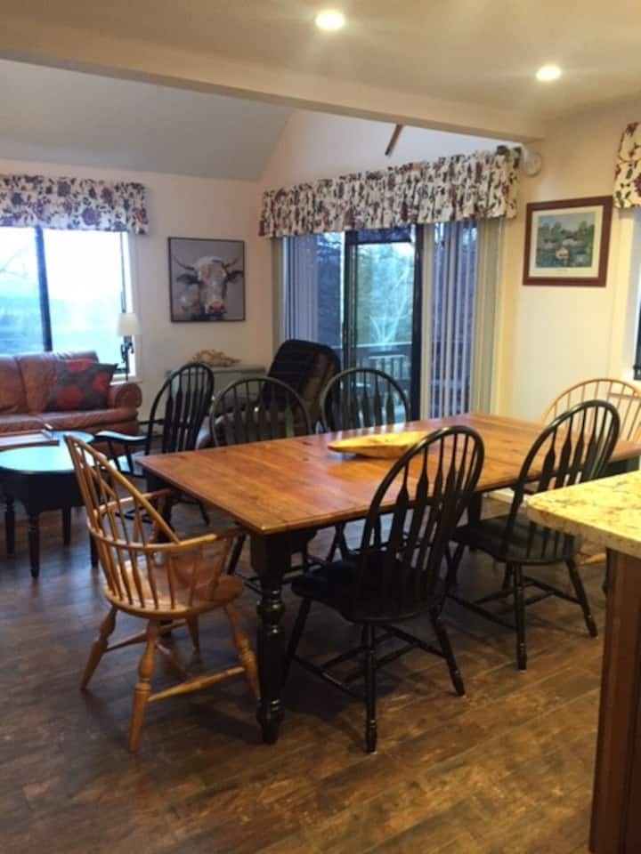 "Relax@""Treetop-Place"" Ski Out Quechee Townhouse"