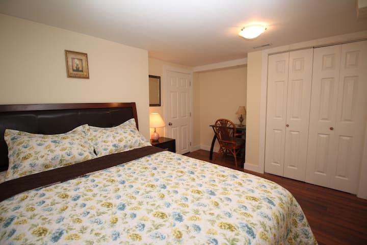 Comfy Bedroom, 1 min walk to Skytrain