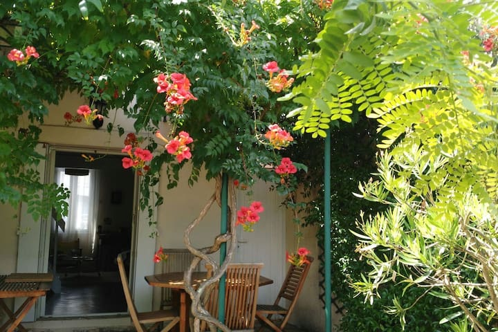 Chambre privée, petit-déjeuner, maison avec jardin