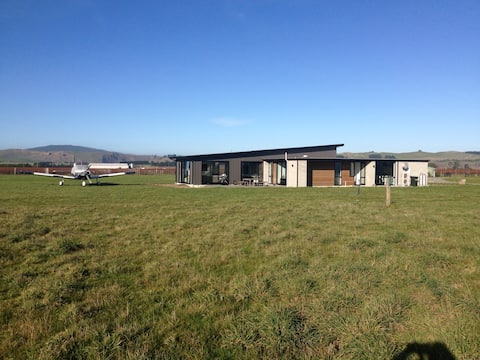 Glasnevin-Air, Modern Home with Airstrip!