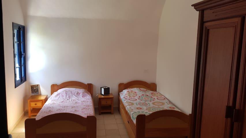 Chambre RDC (enfants) 2 lits simples + 2 lits tirroir