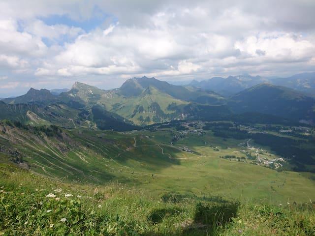 Le Praz de Lys et les montagnes environnantes depuis le Pic de Marcelly