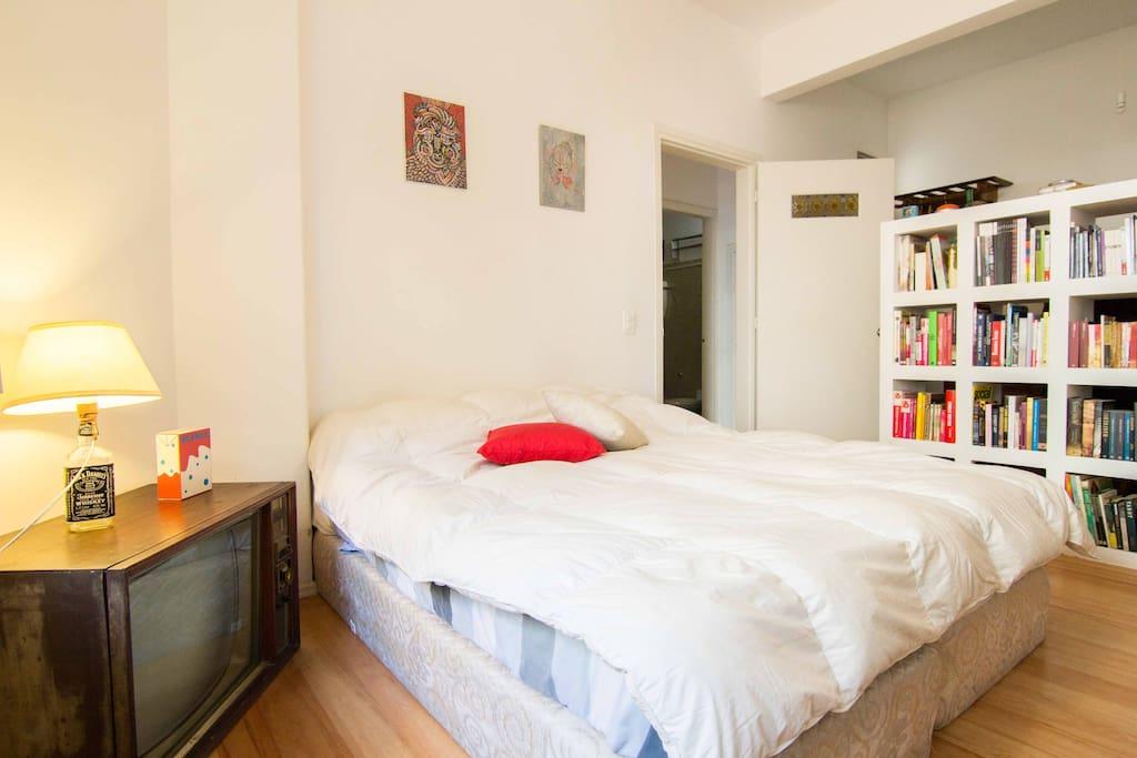 Este es tu cuarto! Cuenta con dos cómodas camas que ponemos juntas cuando vienen parejas, o que podemos separar si vienen amigos/as.