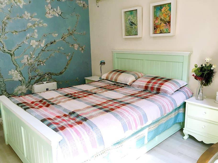 带落地窗的独立卧室 梵高名作杏花艺术主题 犹如身在杏花林中