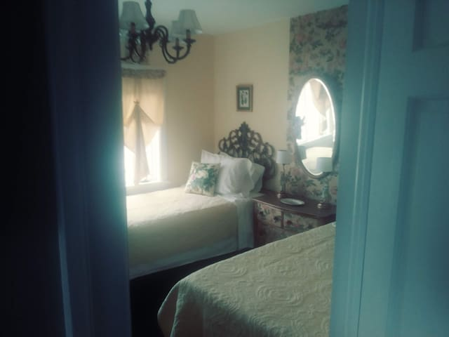 The twin suite@ the Regina House Guest House