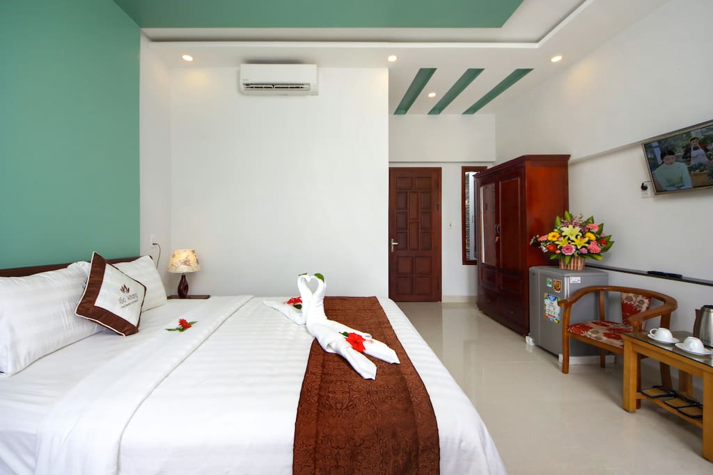 The deluxe double bed with the area  up to  30m2 has their own private balcony overlooking the street and lake view creating the airy space in harmony with nature and this feature is more highlighted by the green coconut reefs as well as the gentle breeze of Cam Thanh peaceful countryside. Rooms are fully equipped with modern facilities.