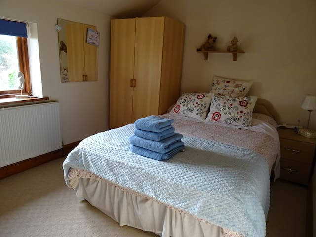 Lancaster Uni 5-10min walk B&B cottage