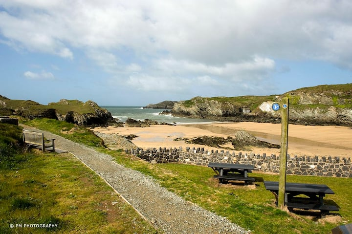 BeachRetreat Cottage-Porthdafarch Anglesey Sleeps4