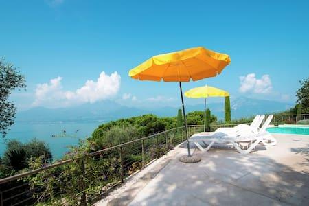 Belle résidence en bordure du lac de Garde avec piscine et jardin