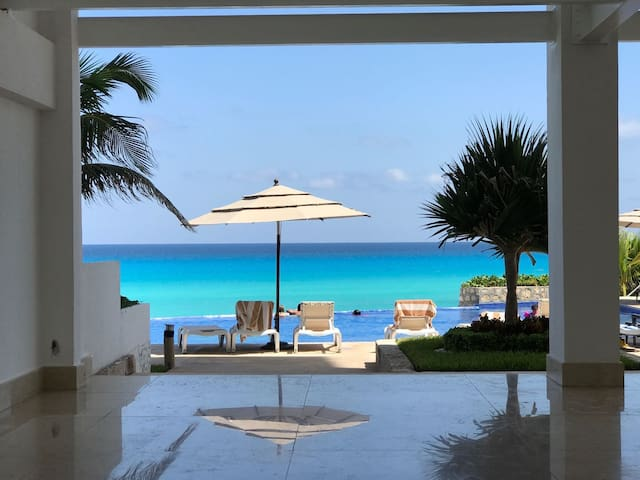 Oceanside Condo Walk to Best Resturants and Clubs