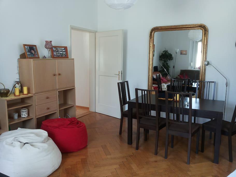 Gro es wohnzimmer mit balkonzugang flats for rent in for Wohnzimmer stuttgart