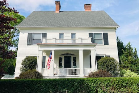 Historic home w/modern amenities - walk to beach!
