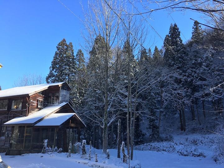 Canadian log cabin / sleeps 11 @ tsugaike