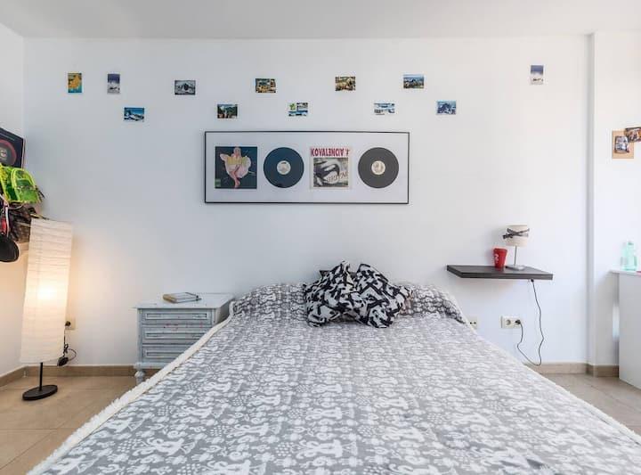Large and brightful room near Ruzafa