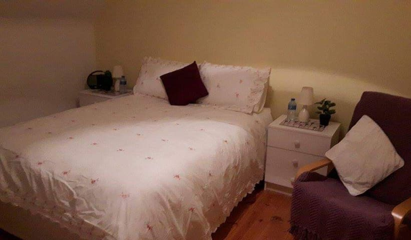 Delightful Double Room in bright Dingle cottage