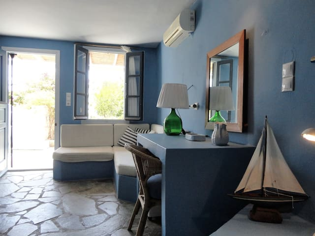 Charming private guest-house above Karavi beach. - Serifos - Apartamento