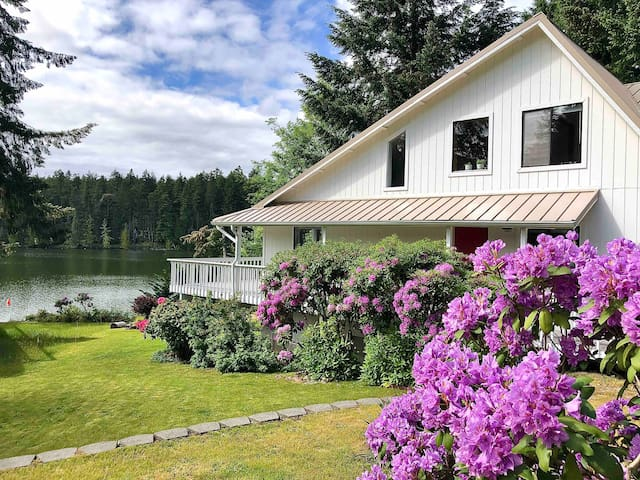 Sasquatch Lodge: Luxe Lakefront Home