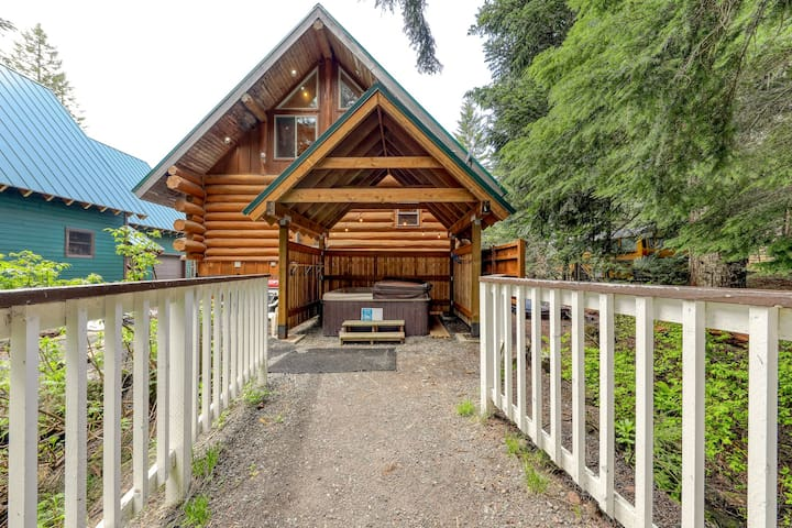 Great antique cabin at Timberline base w/ shared hot tub, dog-friendly attitude!