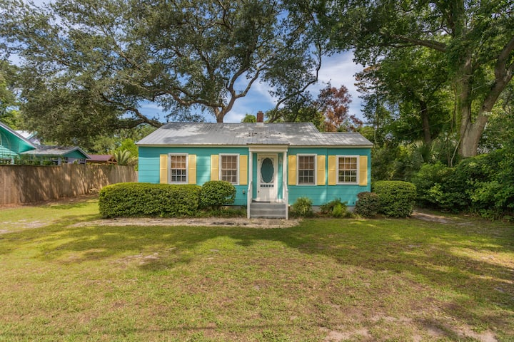 Pet Friendly Cottage in Village Area of St. Simons Island!