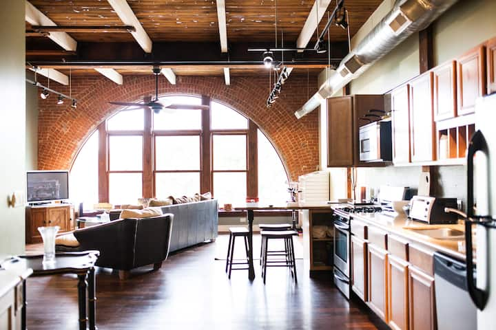 Superb loft in downtown Aurora,close to everything