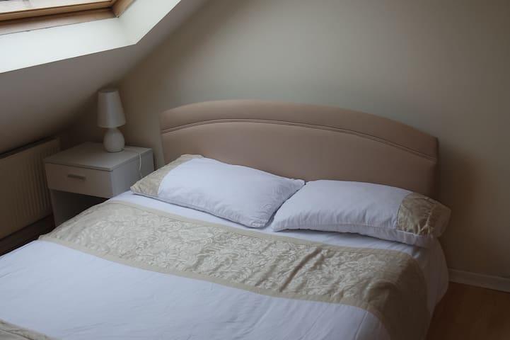 Jaylets Modern Dormer Bedroom 107 with Shared Kitchen & Parking