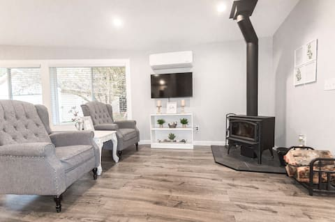 Brand New Farmhouse-inspired Cozy Getaway w/ yard