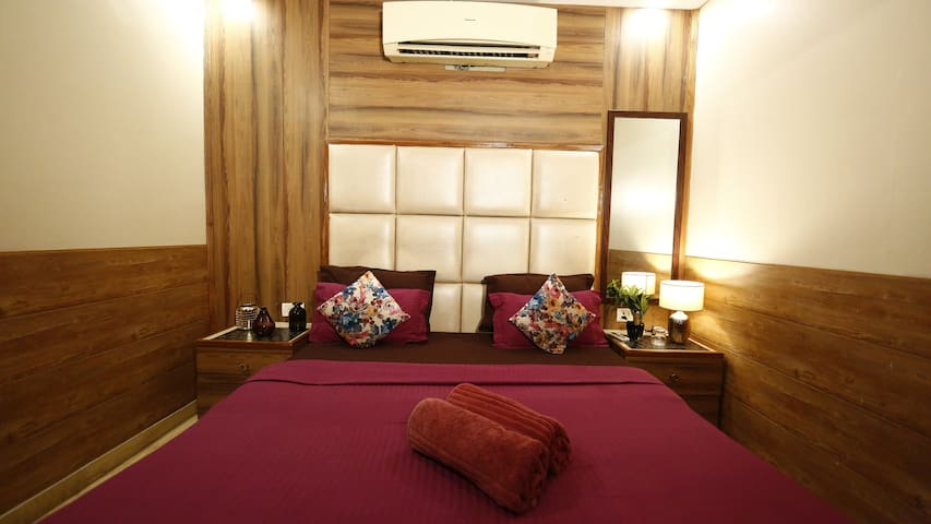 Room in City Centre New delhi Airport & Train Stn