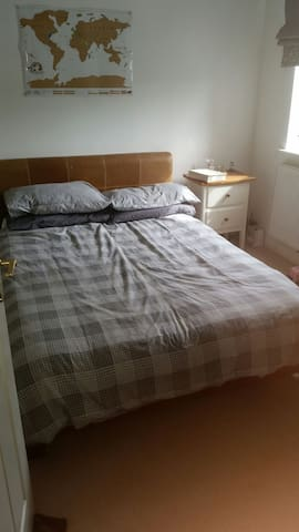 Bright double room in 4 bed house - Middleton Cheney