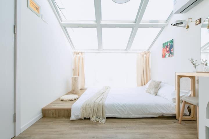 迪士尼/浦东机场/地铁免费巴士接送/地暖空调|投影|泳池/Z302星空浴缸loft双床/含双早