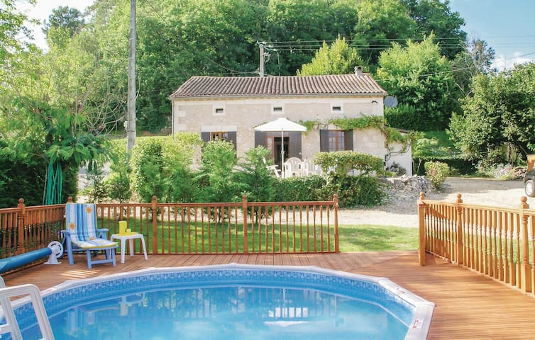 Holiday cottage with 4 bedrooms on 142m² in Douzillac