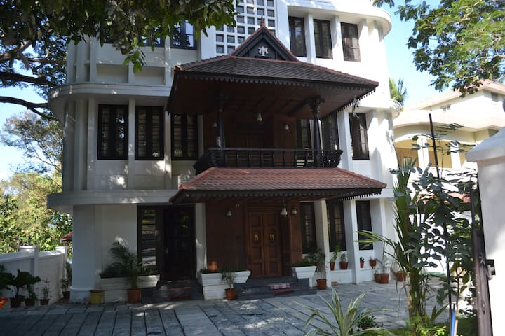 Avenue Kowdiar - Heritage Home Room RR1 - Thiruvananthapuram - House