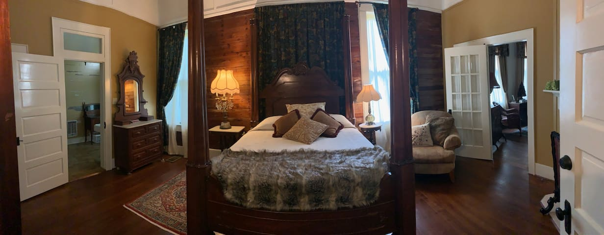 Regina's Private Room with Queen Bed