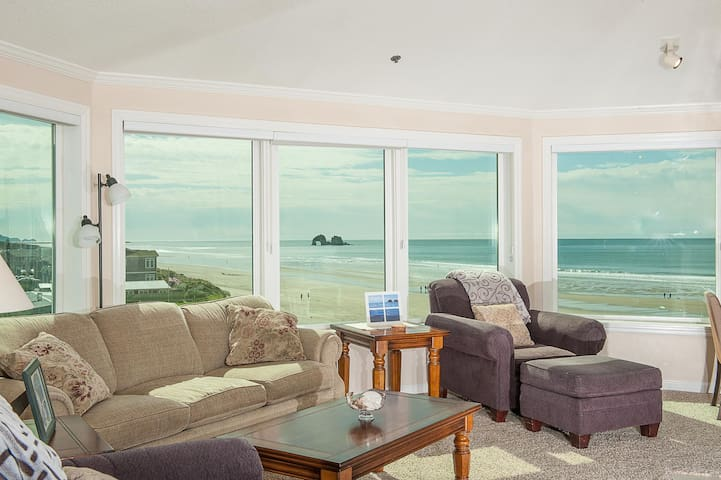 Oceanfront gem with room for up to 4 guests in Rockaway Beach for family fun!