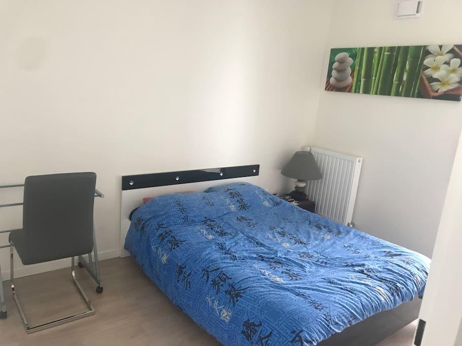 Chambre lit deux places, avec bureau et table de chevet lampe