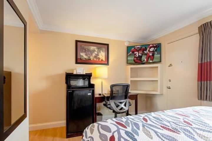 Monterey ! 1Queen Bedroom !