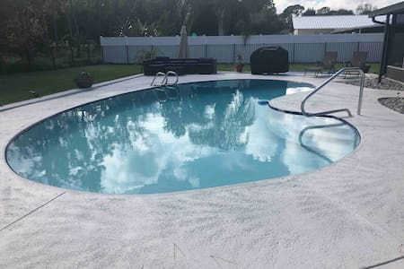 DESIGNER HEATED POOLHOME *VERY CLOSE TO BEACH*PETS