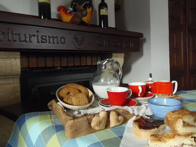 Colazione a base di prodotti tipici valsusini, preparata nella cucina dell'Agriturismo Cré Seren