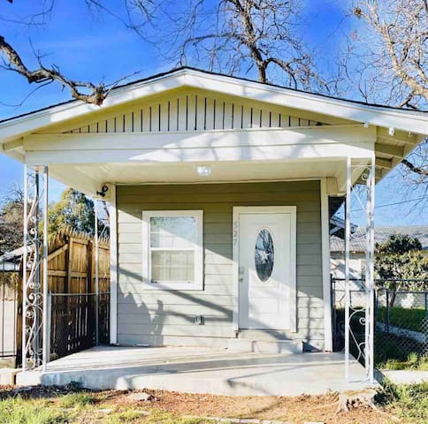 LONE STAR Airbnb Near Downtown & Riverwalk