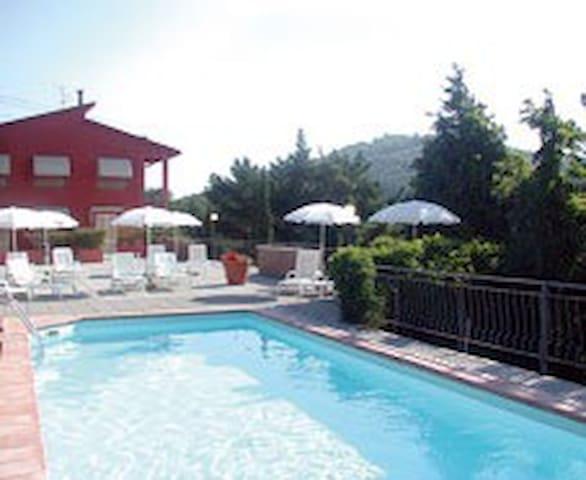 Bilocale con giardino e piscina - San Baronto - Leilighet
