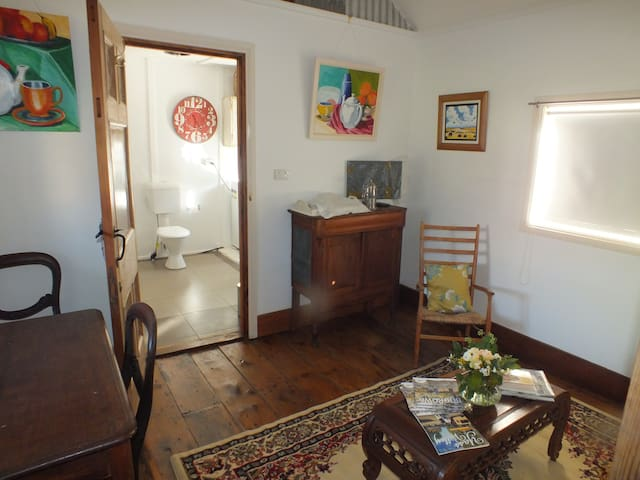 One Tree Cottage - Bowning - Bed & Breakfast