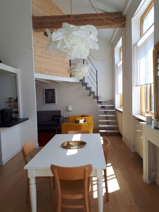 Vue sur l'escalier vers la nouvelle chambre cabane, lit 140×190