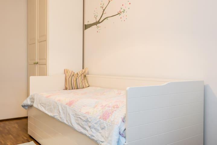Zimmer mit eigenem Bad und TG - Neubiberg - Apartamento
