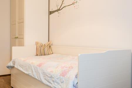 Zimmer mit eigenem Bad und TG - Neubiberg - อพาร์ทเมนท์