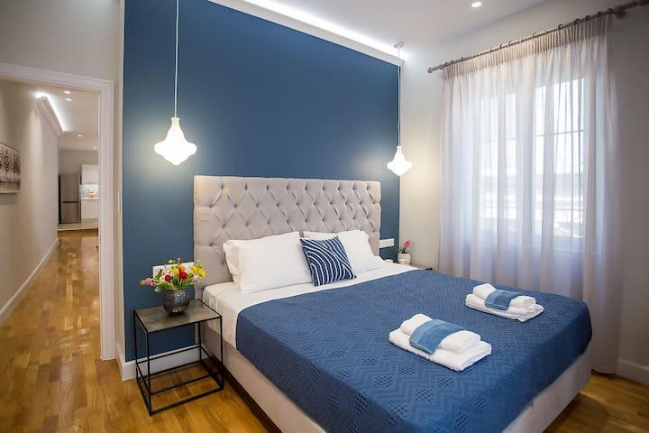 The Juniper Room- Split Queen Bed, Balcony view and window