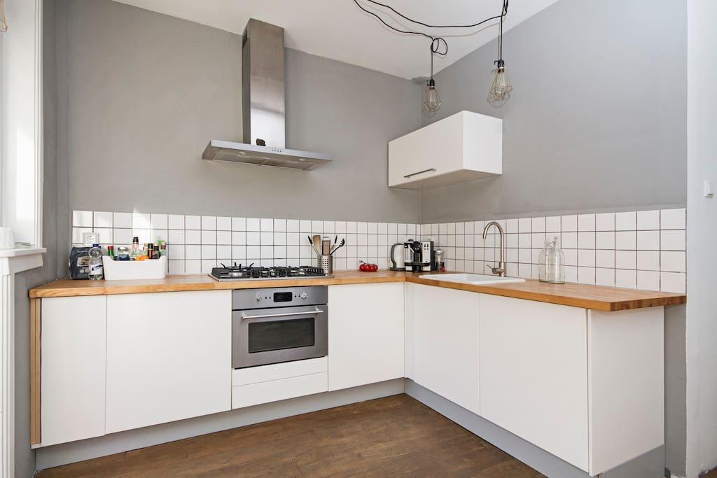 goed uitgeruste keuken met oa afwasmachine, oven en gaskookplaat