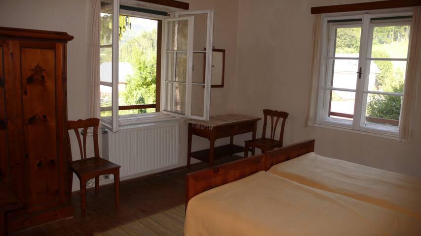 Ruhiges und sehr gemütliches Doppelzimmer mit fliessend Kalt- und Warmwasser. Die Möblierung besteht aus Zirbenholz und neue Matratzen sorgen für einen erholsamen Schlaf