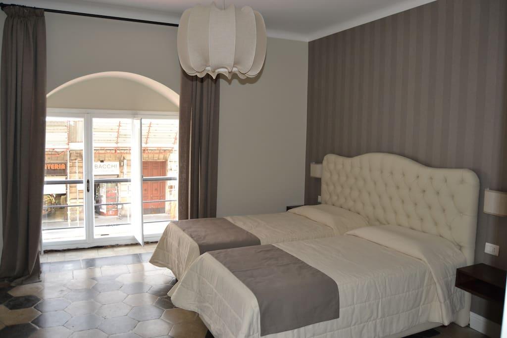 Vista della camera con disposizione dei letti singoli