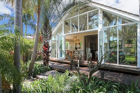 Designer 3 Bed House in a Hidden Tropical Paradise - Maylands - Bungalou