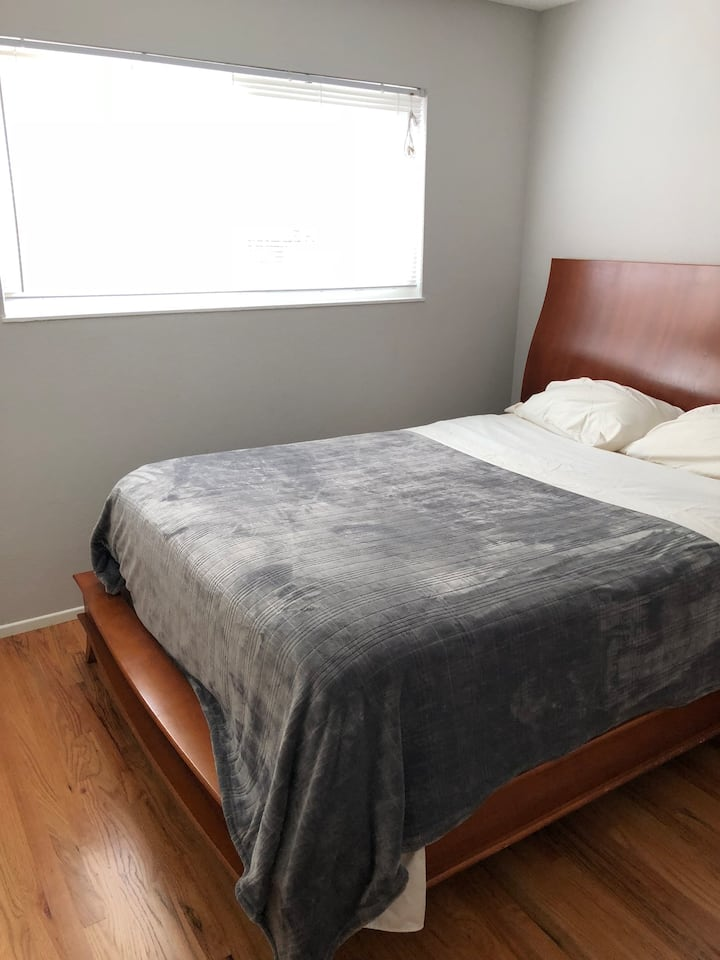 Simple Room- Queen Bed in N San Jose on Quiet St.