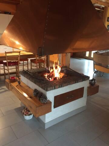 La cheminée dans le séjour